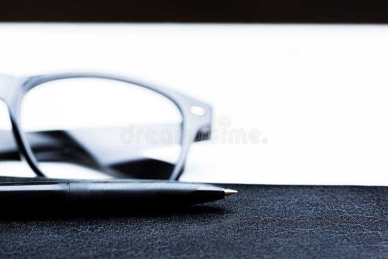 Carnet, crayon et verres images stock