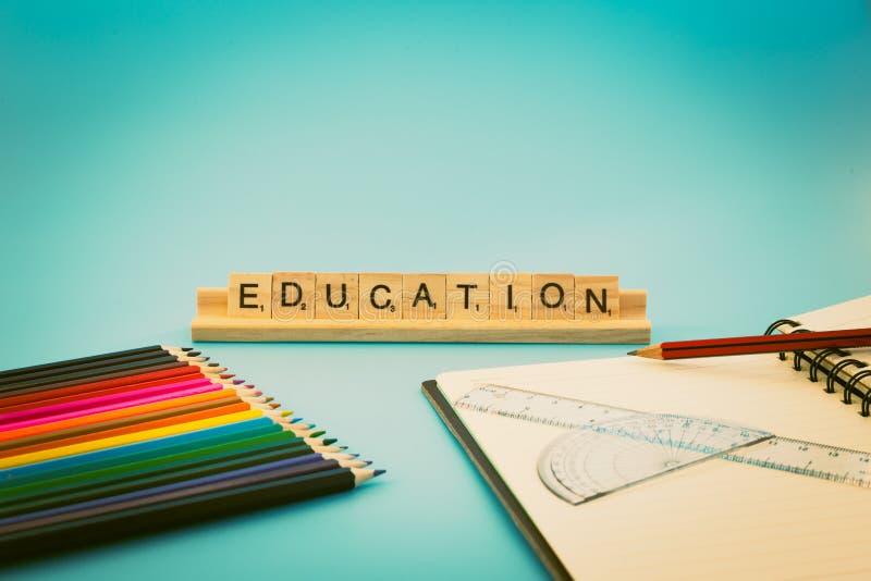 Carnet d'éducation et crayons colorés image libre de droits
