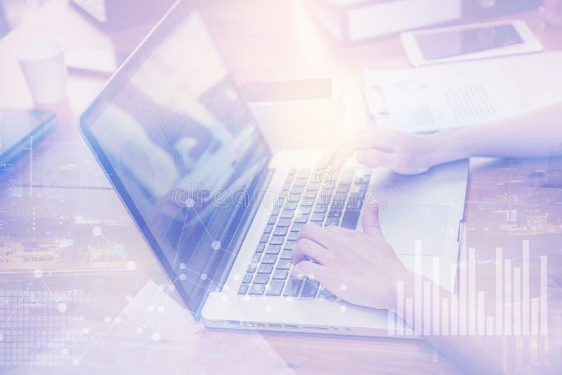 Carnet d'ordinateur de plan rapproché dans le bureau avec la femme pour le travail image stock