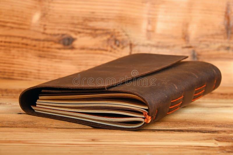 Carnet dans la couverture en cuir sur la table en bois photos libres de droits