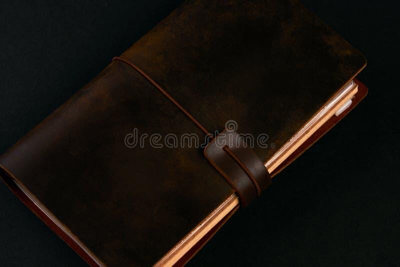 Carnet de journal intime de papier fait main dans la couverture en cuir brune images stock