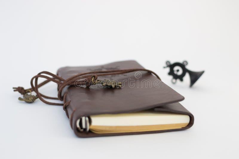 Carnet de journal intime de papier fait main dans la couverture en cuir brune avec le fond blanc fini image libre de droits