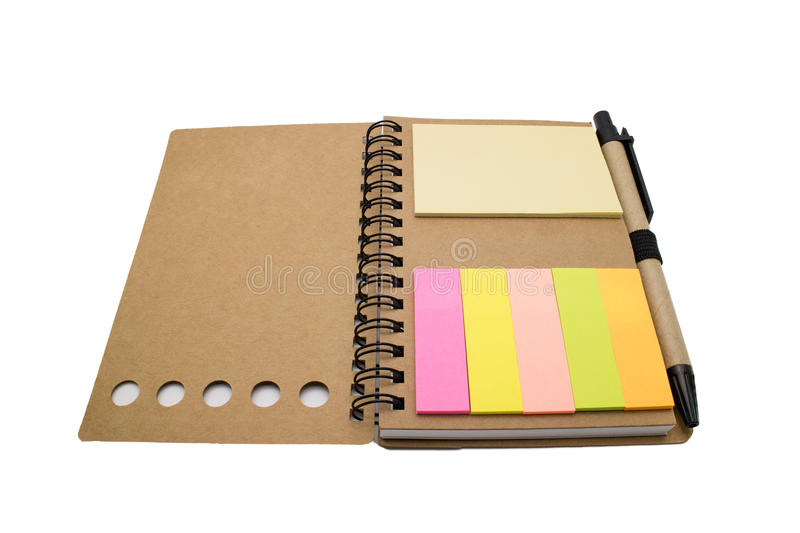 carnet de notes à spirale avec la note de post-it colorée d'isolement sur le Ba blanc photos stock