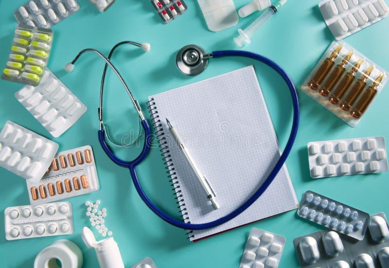 Carnet de notes à spirale de stéthoscope de lieu de travail de bureau de docteur images stock
