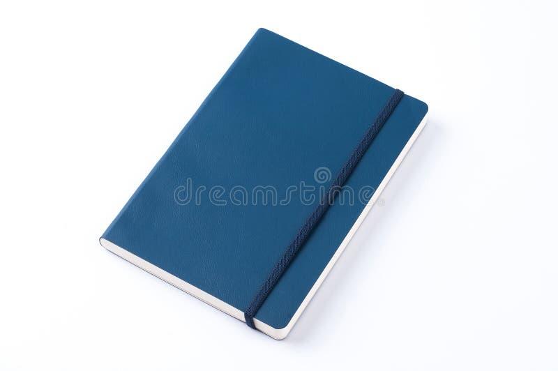 Carnet en cuir bleu d'isolement sur le fond blanc image stock