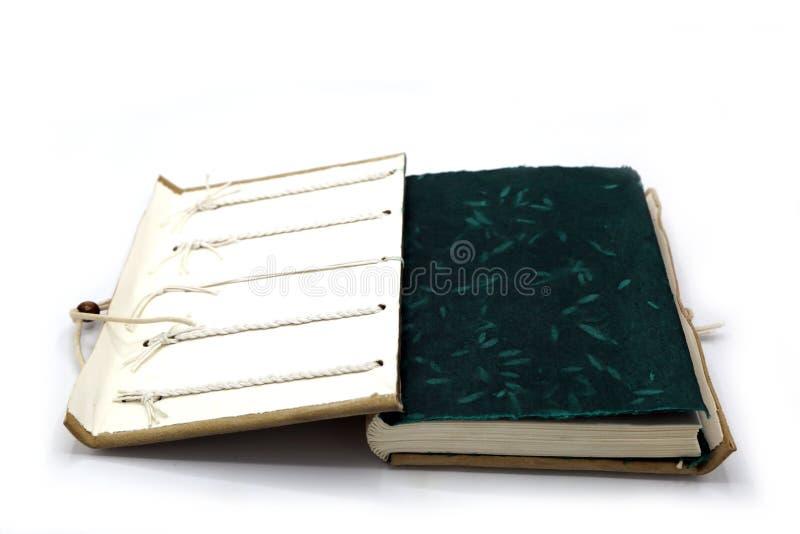 Carnet en cuir Handcrafted avec un système de fermeture de corde D'isolement sur le fond blanc images libres de droits