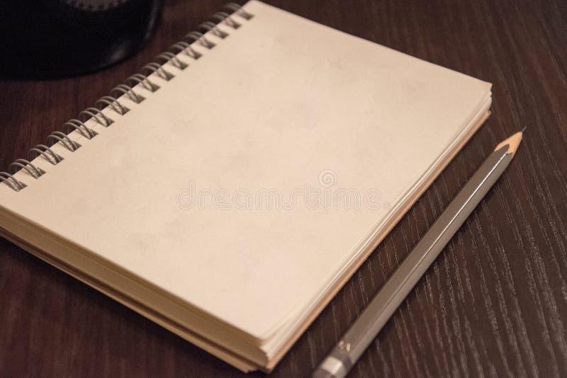 Carnet et crayon sur la table en bois images stock