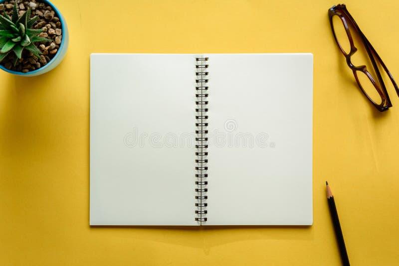 carnet et crayon sur le bureau jaune photos libres de droits