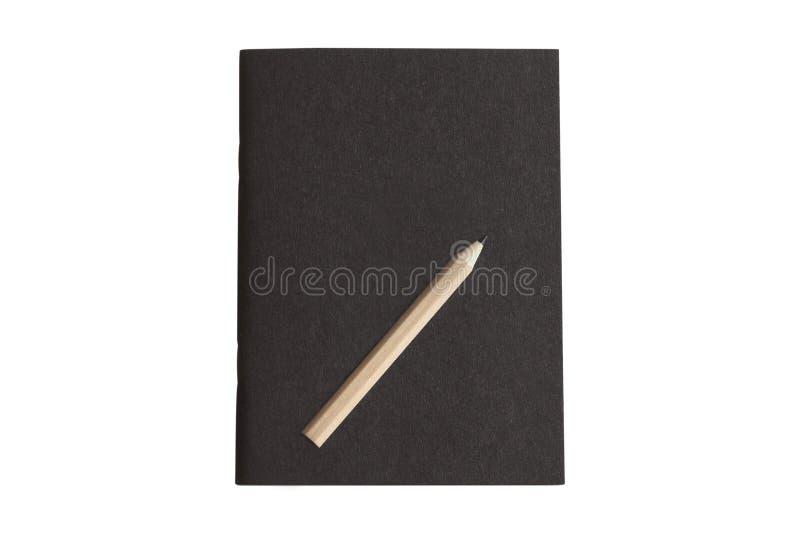 Carnet noir de couverture avec le crayon d'isolement sur le fond blanc Chemin de coupure photo stock