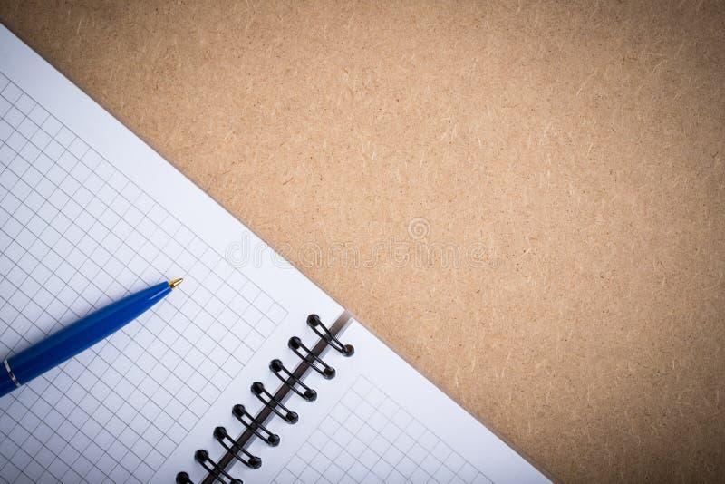Carnet ouvert avec les pages et le Pen On Board With Copyspace de grille photo stock
