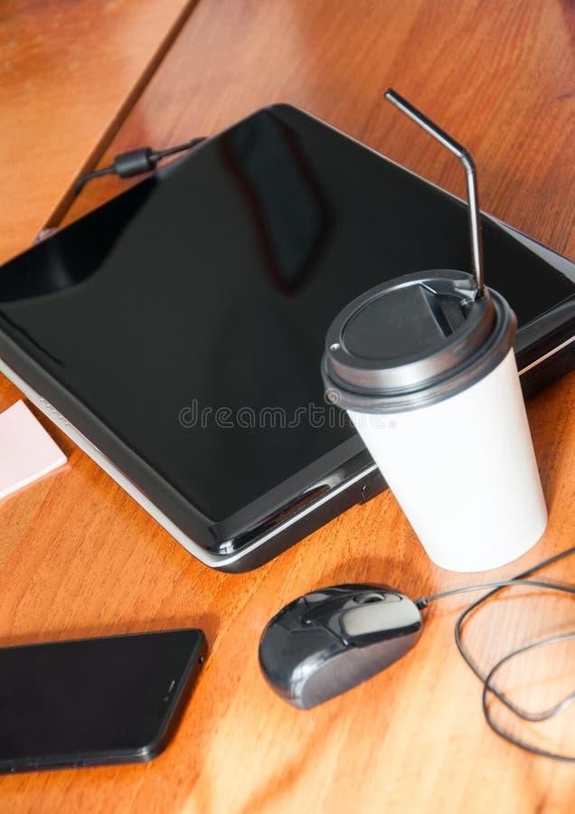 Download Carnet Pen Phone Cup De Souris D'ordinateur Portable De Café Sur Un Front Photo stock - Image du conception, éloigné: 87709598