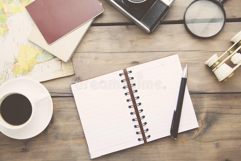 Carnet, stylo, café, appareil-photo, carte image libre de droits