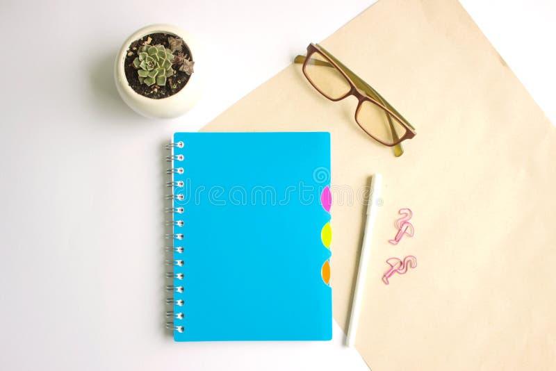 Carnet, verres et stylo d'école sur la table image libre de droits