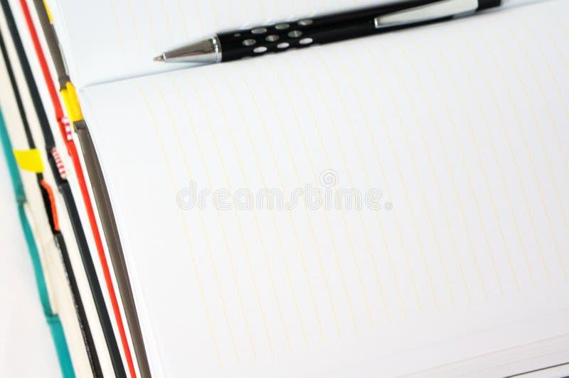 Carnet vide ouvert avec le stylo photographie stock libre de droits