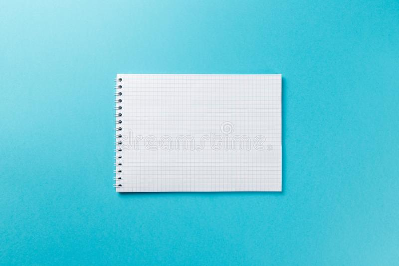 Carnet vide sur le fond bleu images libres de droits