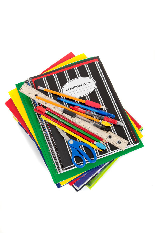 Carnets de notes à spirale avec des approvisionnements d'école sur le dessus photo libre de droits