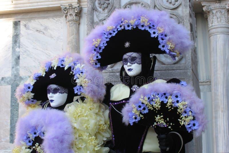 Carnevale dell'Italia, Venezia: Coppie in costumi & nelle mascherine immagine stock libera da diritti