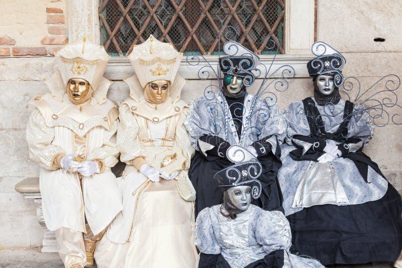 Carnevale di Venezia, Italia Gruppo in costume al palazzo dei doge fotografie stock