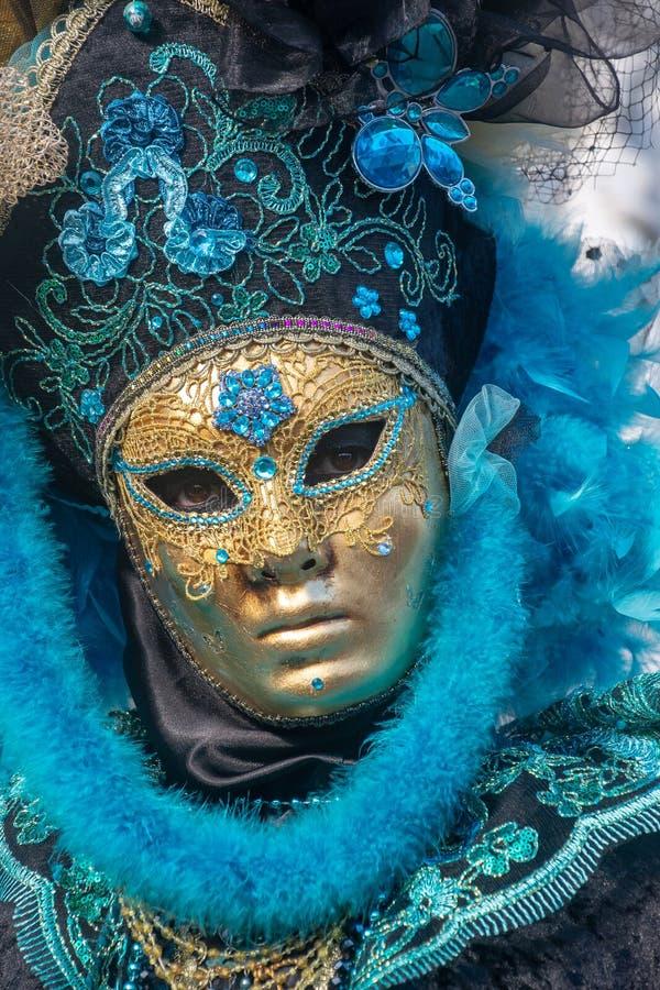 Carnevale di Venezia, Italia Maschera dorata ed azzurrata immagine stock