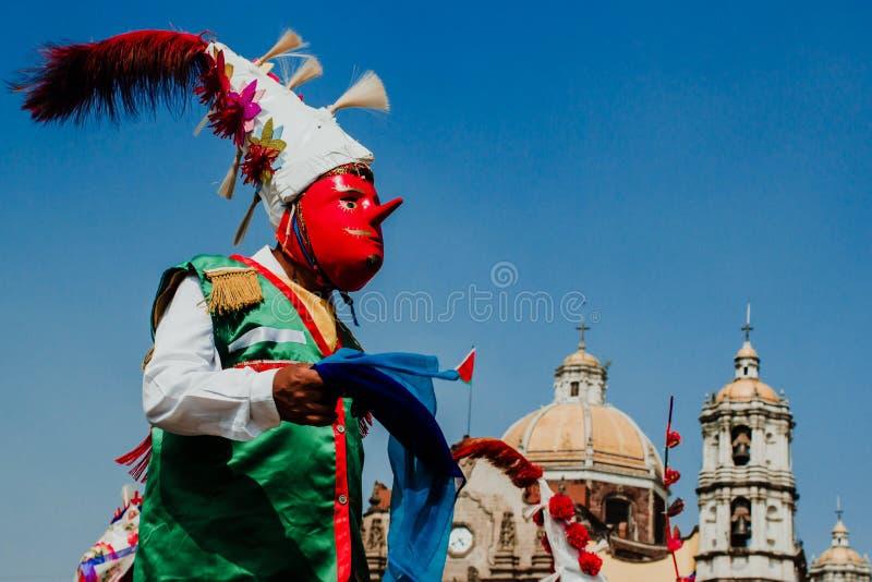 Carnevale nel Messico, uso messicano dei ballerini ricchi pieghi messicani tradizionali a colori fotografia stock