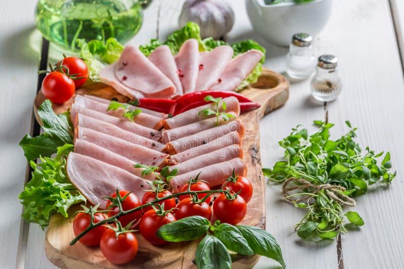 Carni fredde affumicate con le erbe ed il pepe fotografie stock libere da diritti