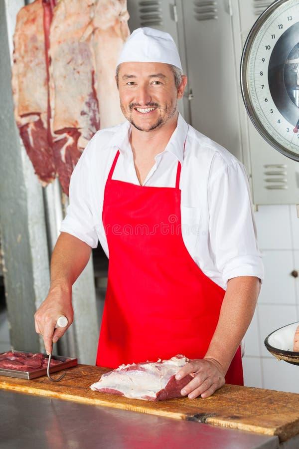 Download Carnicero Deo Masculino With Red Meat En La Carniceria Foto De Archivo Imagen