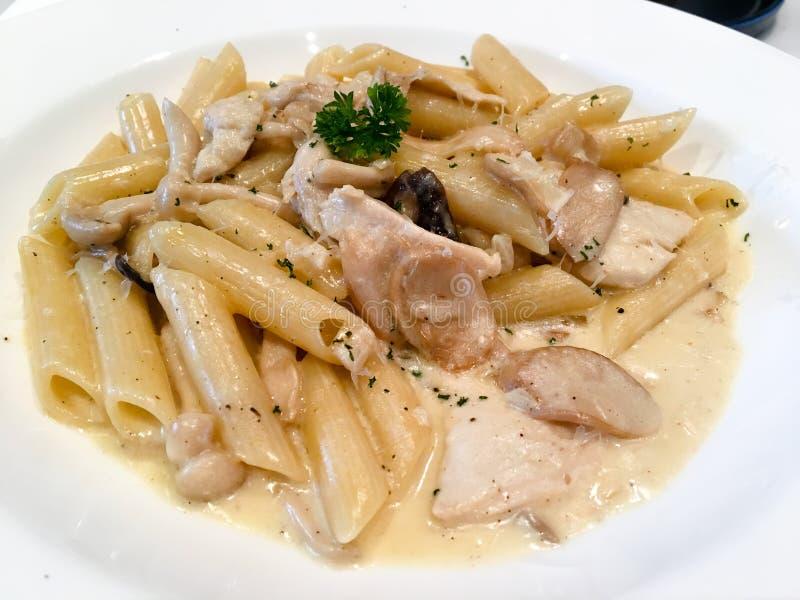 Carnonara della pasta con il pollo, il fungo e la salsiccia immagine stock