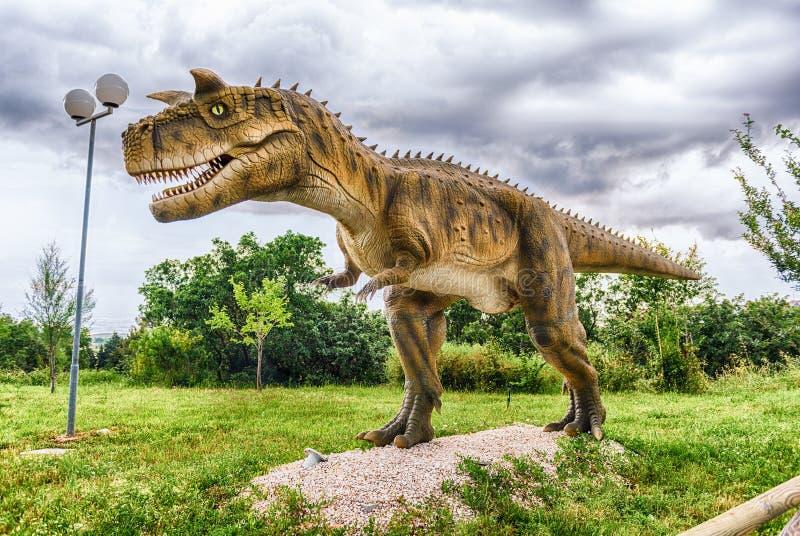 Δεινόσαυρος Carnotaurus μέσα σε ένα πάρκο του Dino στη νότια Ιταλία στοκ φωτογραφίες με δικαίωμα ελεύθερης χρήσης