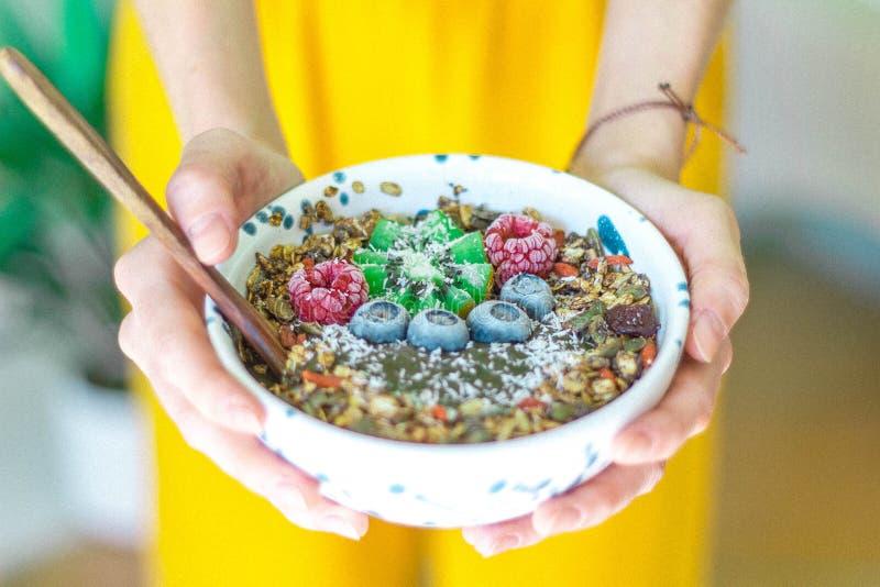 CAROB SMOOTHIE puchar, GRANOLA + zdjęcie royalty free