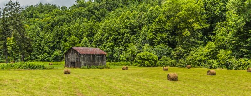 Carolina Barn With Round Bales del norte en el campo 1 imagenes de archivo