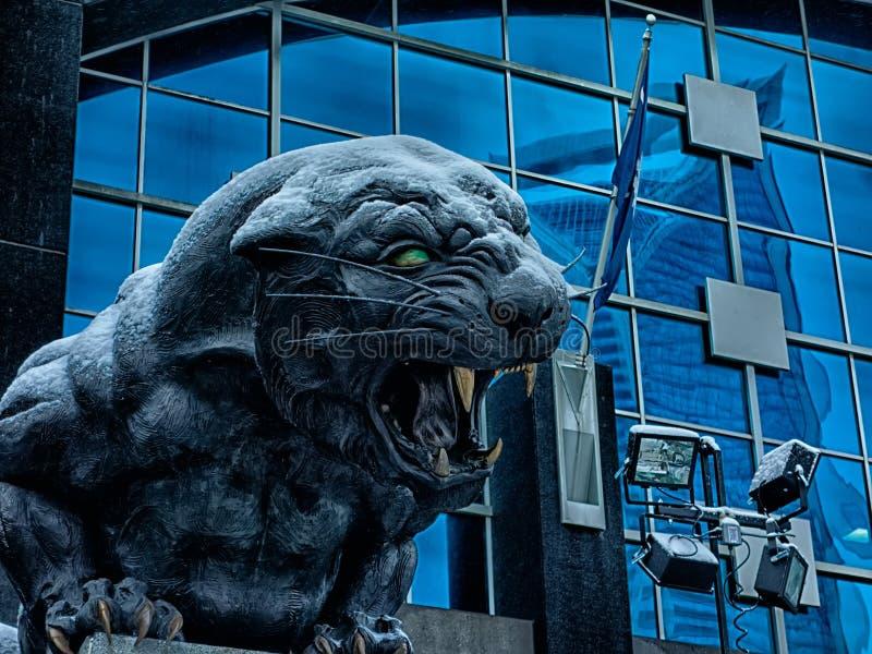 Carolina-Pantherstatue bedeckt im Schnee lizenzfreie stockbilder