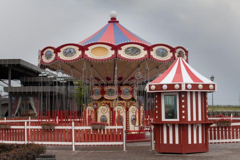 Carosello d'annata rosso nel parco dell'attrazione o su un carnevale fotografie stock libere da diritti