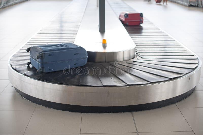 Carosello del bagaglio dell'aeroporto immagine stock