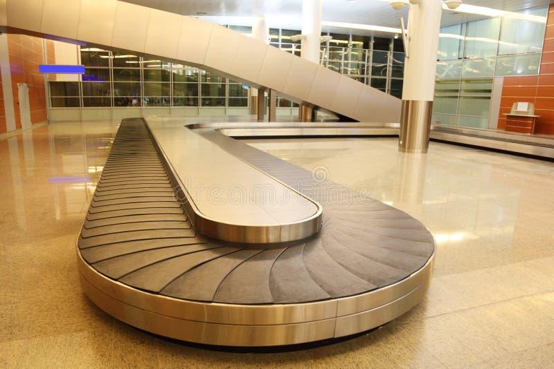 Carosello vuoto del bagaglio nel corridoio dell'aeroporto fotografie stock libere da diritti