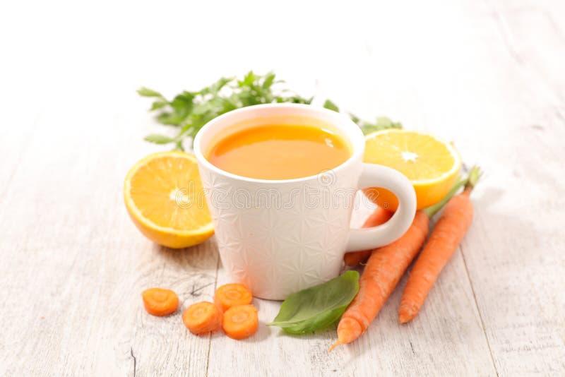 Carota e minestra arancio immagine stock