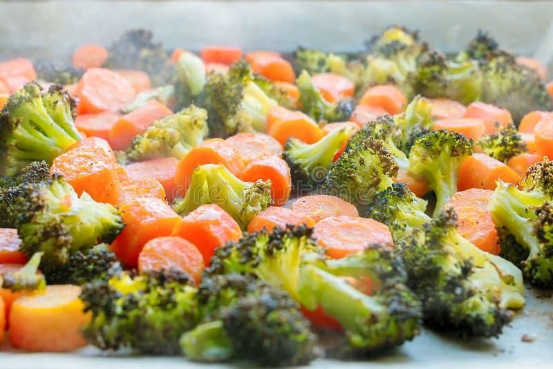 Carote e broccoli arrostiti, ancora caldo e cuocere a vapore immagine stock libera da diritti