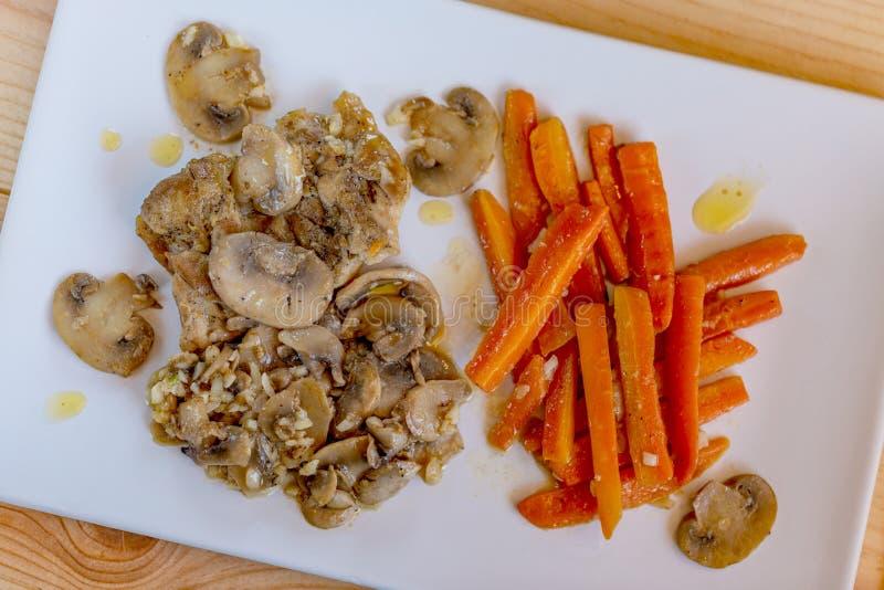 Carote, funghi e pollo fritti immagine stock