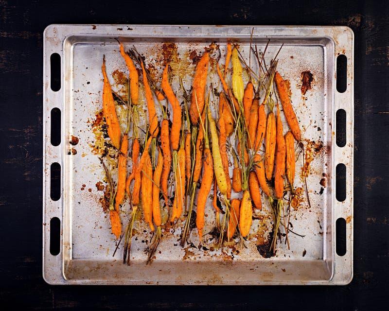 Carote organiche cotte con timo, miele ed il limone Alimento organico del vegano fotografia stock libera da diritti