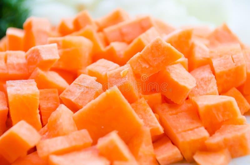 Carotte d?coup?e Cubes oranges en carotte ??carrots d?coup?s en tranches Orange Racine alimentaire de racine R?gime sain Nutritio image stock