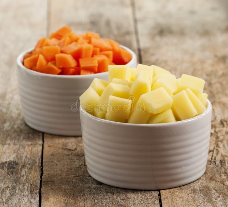Carotte et pommes de terre coupées et coupées en tranches photographie stock