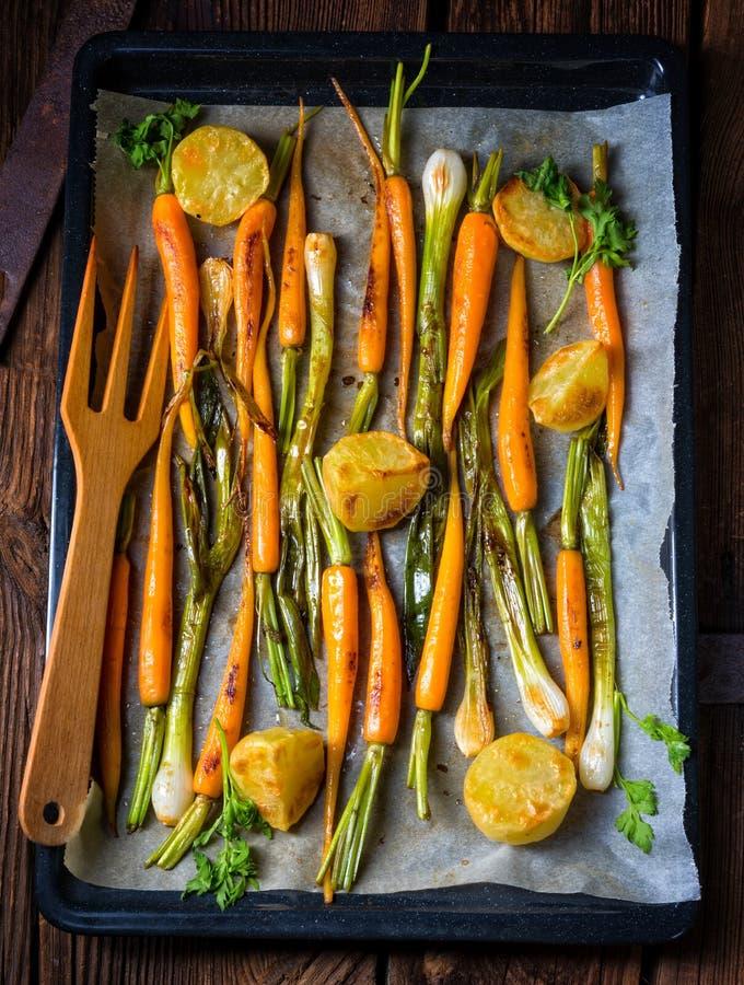 Carottes caramélisées, oignons de ressort et pommes de terre cuites au four photographie stock