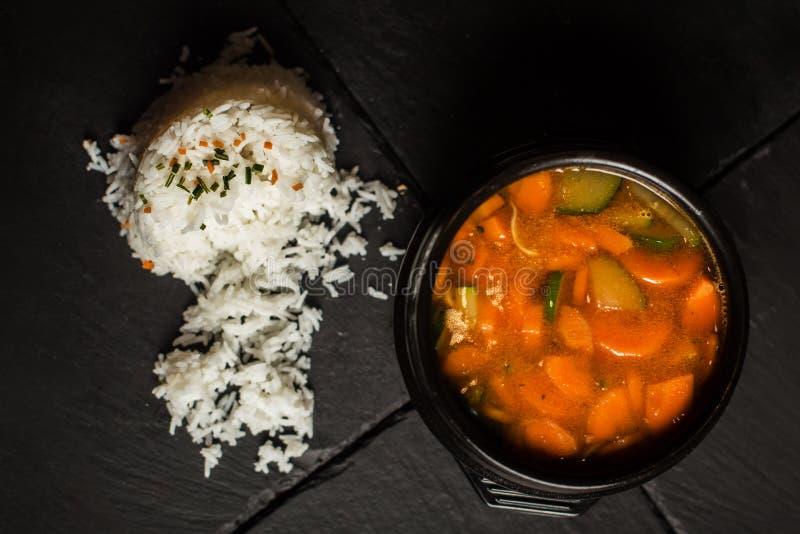 Carottes, courgette, potage aux légumes avec du riz Nourriture traditionnelle Restaurant image stock