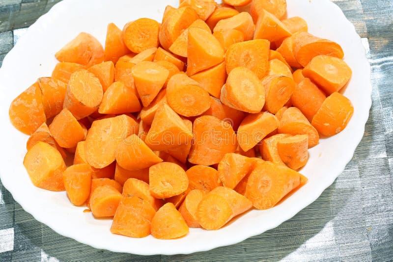 carottes découpées dans un plat en plastique blanc photo stock