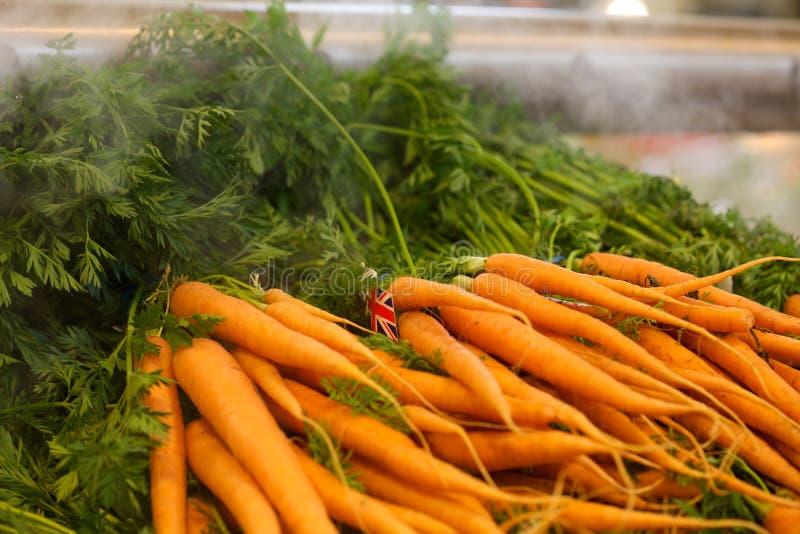 Carottes dans un département de marchand de légumes d'un supermarché photo libre de droits