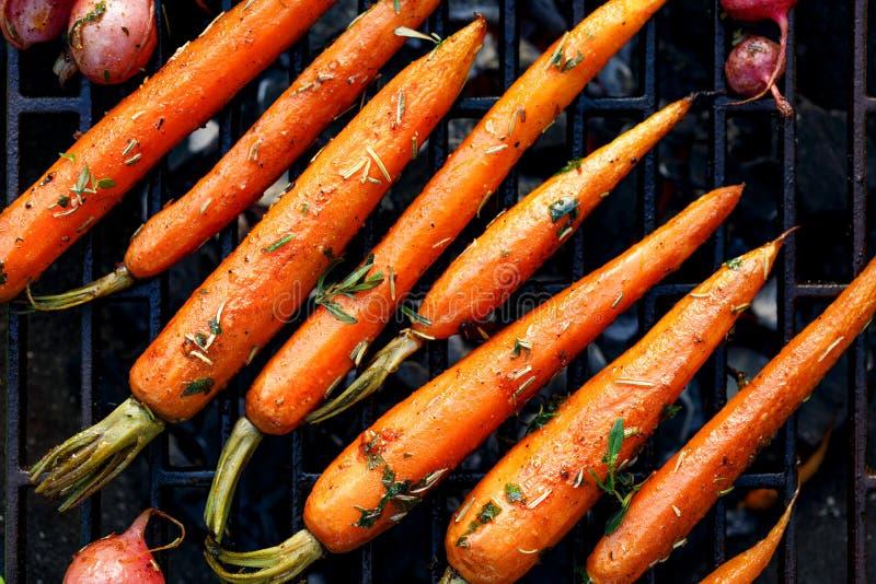 Carottes grillées dans une marinade de fines herbes d'un plat de gril, vue extérieure et supérieure photos libres de droits