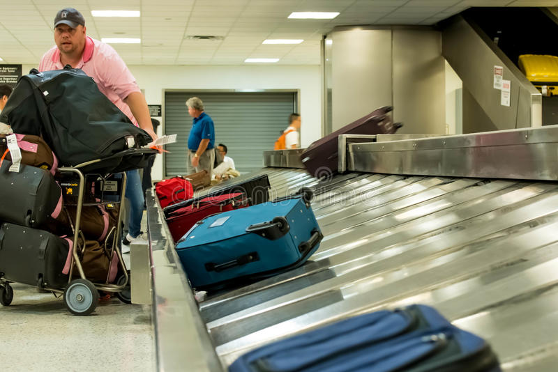Carousel багажа IAH на заявке багажа стоковая фотография rf