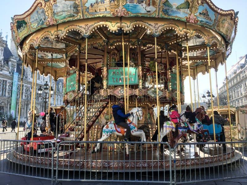 Carousel перед гостиницой de Ville, Парижем, Францией стоковые фотографии rf