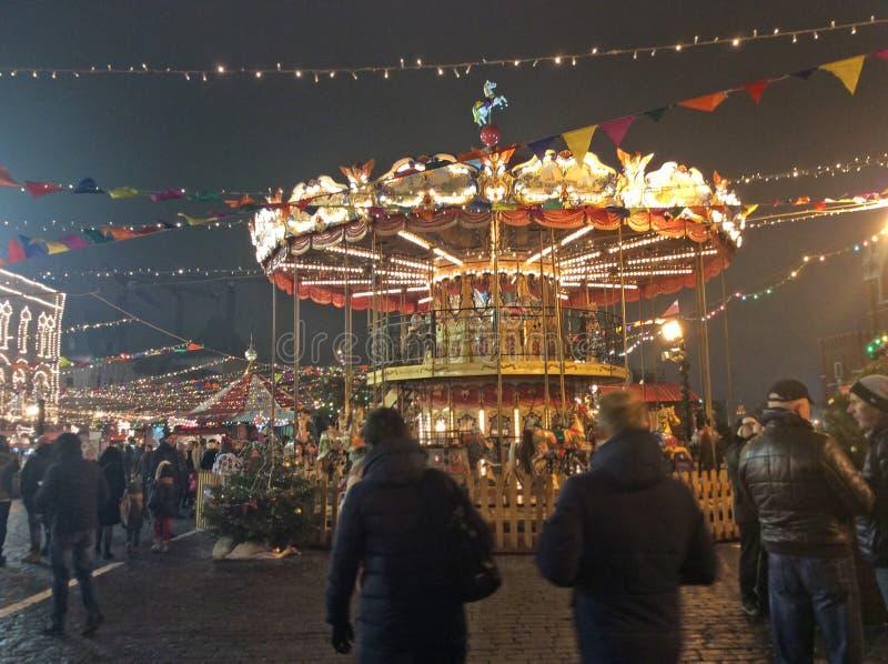 Carousel na bożych narodzeniach wprowadzać na rynek w Moskwa, Rosja nocą obraz royalty free
