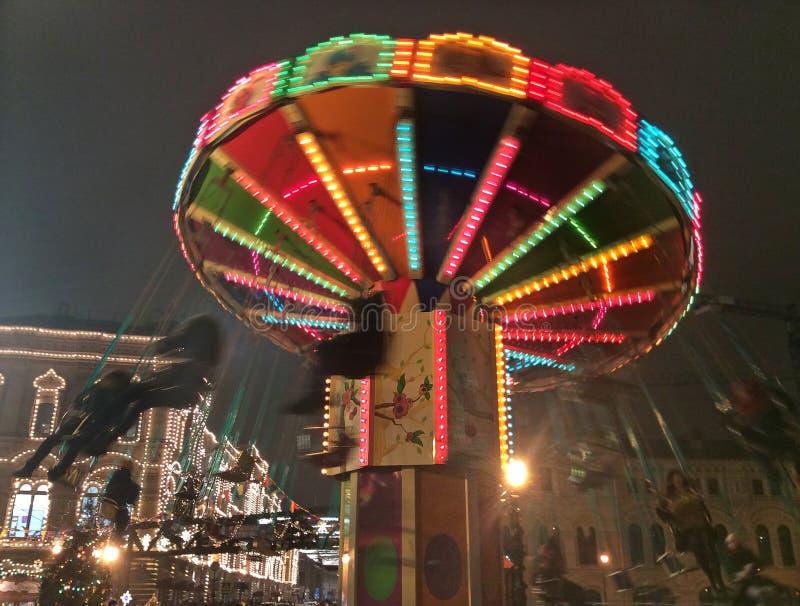 Carousel na bożych narodzeniach wprowadzać na rynek w Moskwa, Rosja nocą obrazy stock