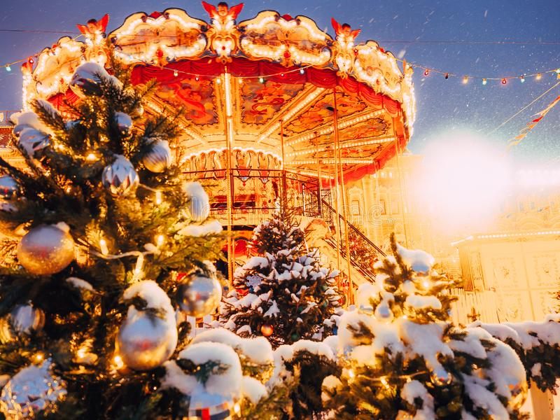 Carousel na placu czerwonym dekorującym i układającym dla Bożenarodzeniowego nowego roku Bożenarodzeniowy Jarmark Bajecznie Świec zdjęcia royalty free